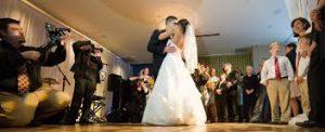 pierwszy taniec prowadzony przez młodą parę